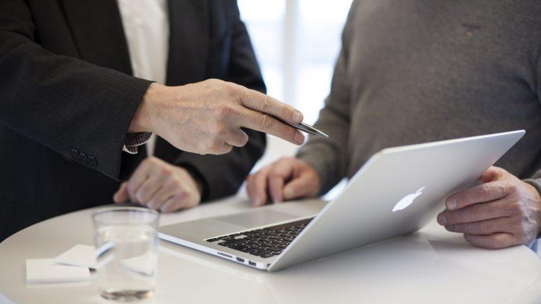 Bild zum Artikel: Deine Möglichkeiten in der Beratung: Tisch mit Laptop und 2 Menschen