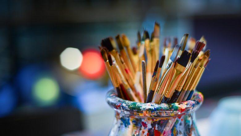 Bild zum Artikel: Hobbys und Interessen: Glas mit Pinseln