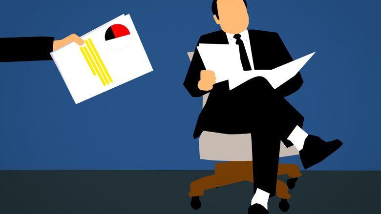 Bild zum Artikel Deine Karriere in der Politik - politische Berufe: Mann auf Stuhl mit Dokumenten