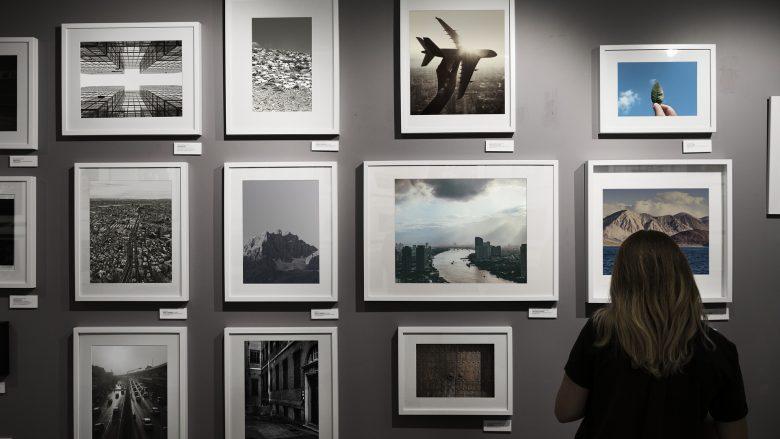 Bild zum Artikel: deine Möglichkeiten in Event und Galerien: Frau vor einer Bilderwand