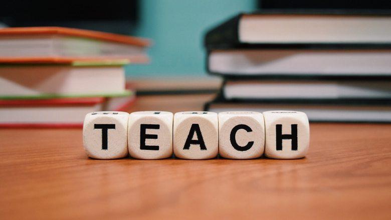 """Bild zum Artikel Lehre: Tisch mit Würfeln mit der Aufschrift """"Teach"""""""