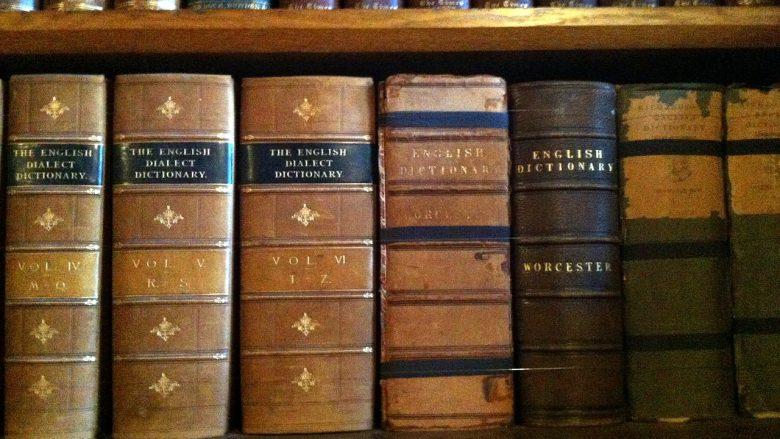 Bild für Artikel Sprachberufe: Regal mit alten Büchern