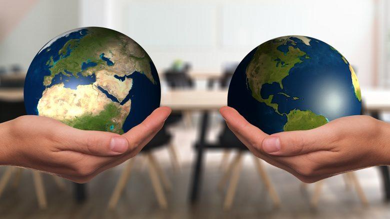 Bild für Artikel: deine Möglichkeiten in Stiftungen und NGOs: 2 Hände halten jeweils eine Erdkugel