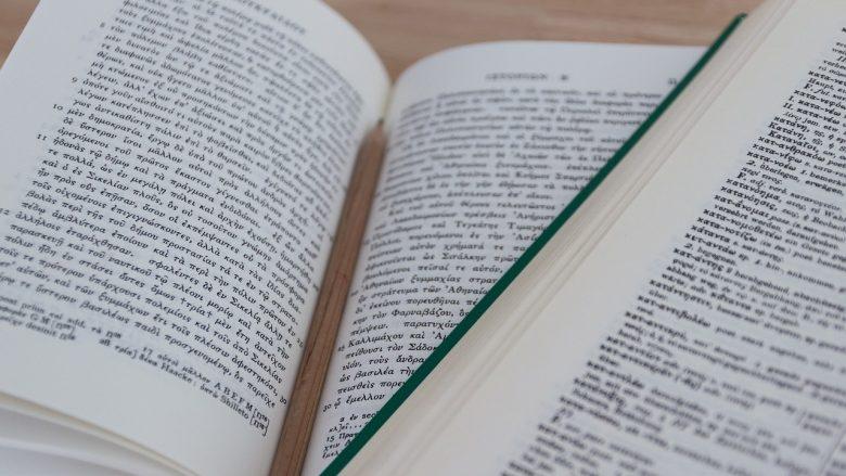 Bild zum Artikel: Deine Möglichkeiten im Berufsfeld Sprache: Übersetzungsberufe, Bücher und Bleistift