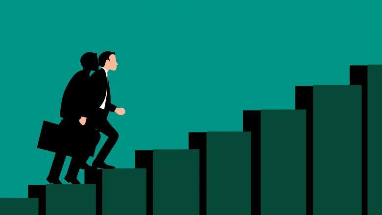 Bild zum Artikel Vorstellungsgespräch: Mann mit Aktenkoffer steigt die Treppe hoch