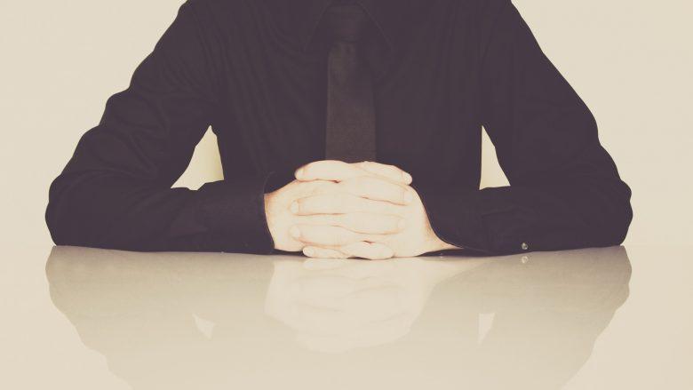Bild zum Artikel Ablauf des Vorstellungsgesprächs Mann mit Hemd am Tisch