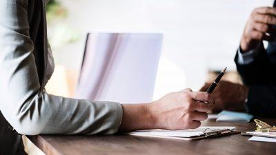 Zum Artikel Dos und Don'ts beim Bewerbungsgespräch: Zwei Personen am Schreibtisch
