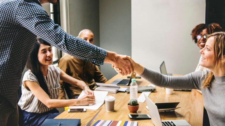 Zum Artikel Berufsfeld HR und Personalwesen: Personen reichen sich die Hand
