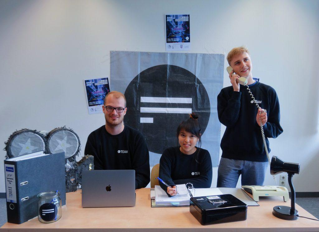 Die drei Vorstandsmitglieder bei ihrer Arbeit