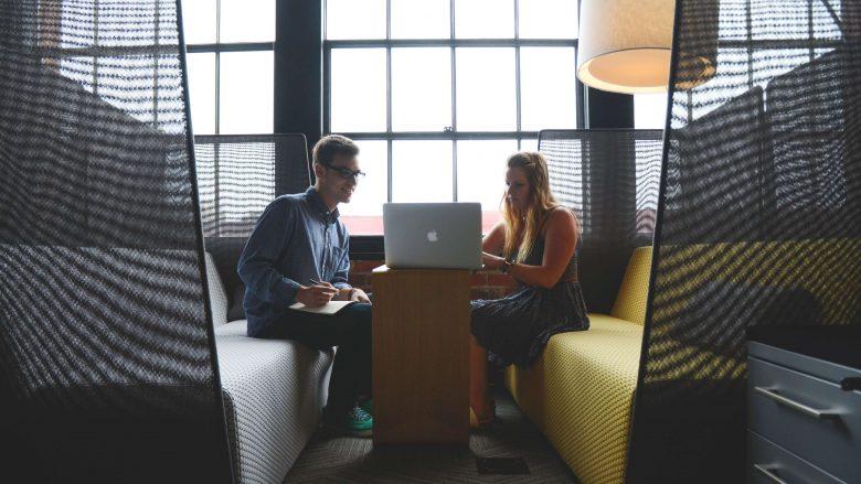 Zum Beitrag Unternehmensberatung: Zwei Personen auf Sofas am Tisch,Laptop