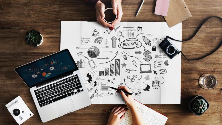 Zum Beitrag Berufsfeld Wirtschaft und Marketing: Business Kamera Schreibtisch