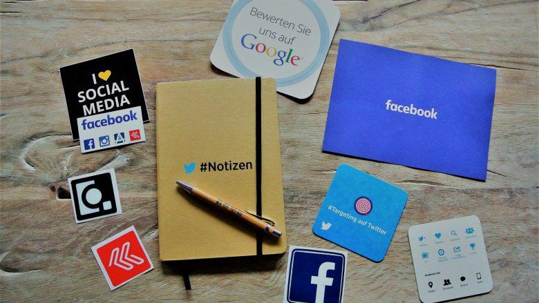 verschiedene Logos von Social-Media-Kanälen auf einem Tisch: zu Beitrag Social-Media-Manager