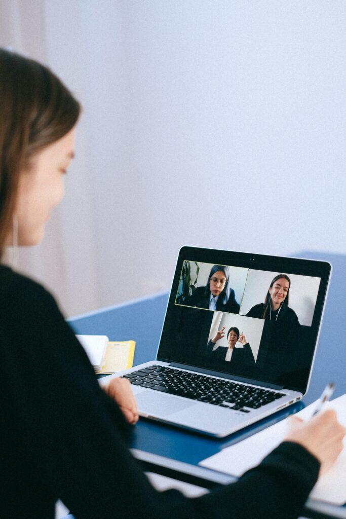 Zum Beitrag Digitale Jobmesse: Frau vor dem Laptop in Videokonferenz macht sich Notizen