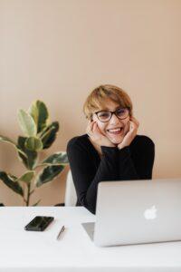 Zum Beitrag Digitale Jobmesse: Frau mit Laptop, Smartphone und Stift vor dem Laptop