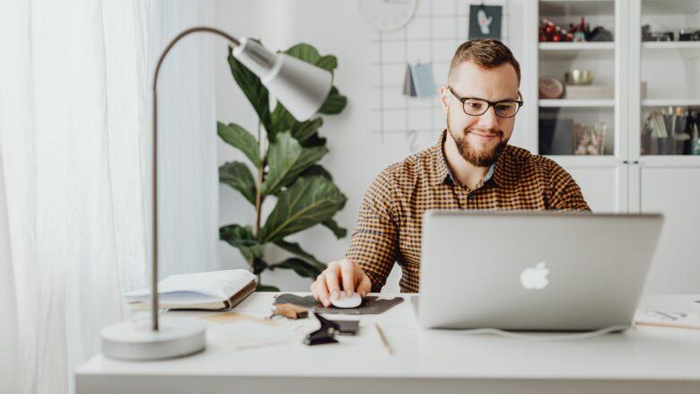 Zum Beitrag Digitale Jobmesse: Mann am Schreibtisch vor Laptop